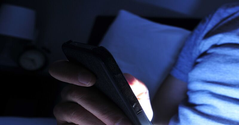 This Is What Happens To Your Brain When You Check Your Smartphone Before Sleep